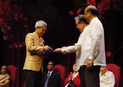Sombath receiving Magsaysay