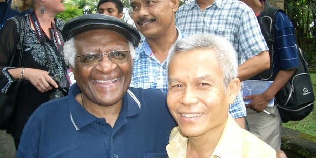 Der südafrikanische Erzbischof Desmond Tutu bei einem Treffen mit Sombath Somphone (re.).
